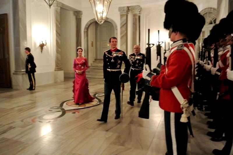 Den-Kongelige-familie-ankommer-3.jpg